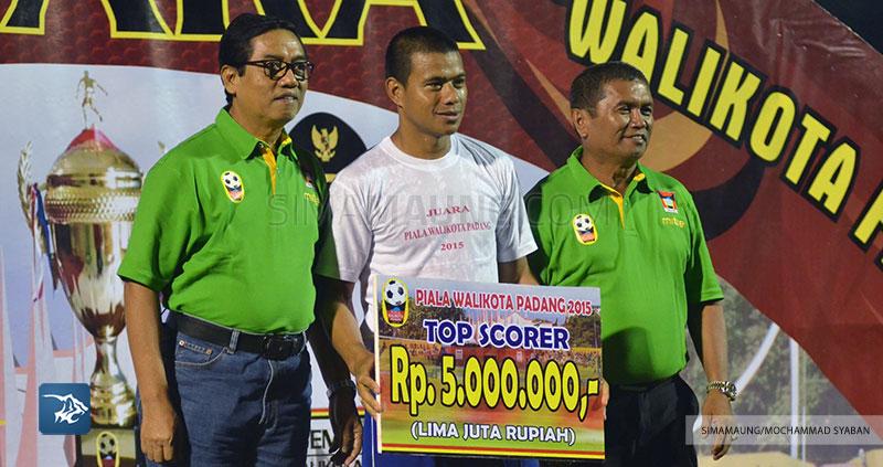 Foto-Persib-Bandung-Piala-Walikota-Padang-Top-Scorer-Tantan-2015-SIM_2973