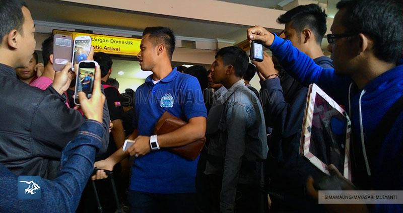 Foto-Persib-Bandung-Pulang-Piala-Walikota-Padang-2015-bandara-husein