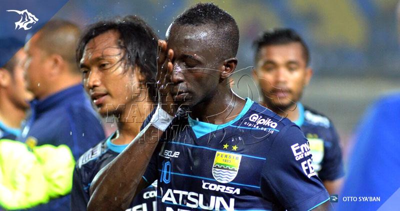 foto-eksebisi-persib-vs-malaysia-all-stars-2015-konate-makan-20151024_1413
