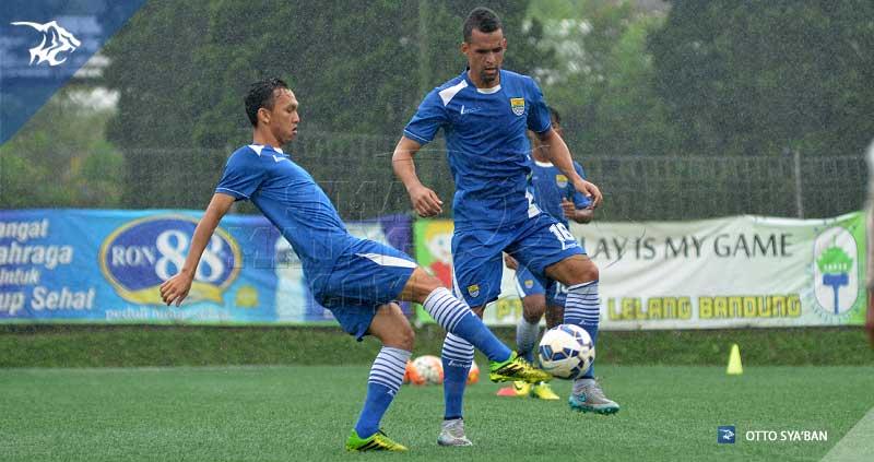 foto-persib-bandung-latihan-di-football-plus-ARON-RAHMAD-SIM_2739