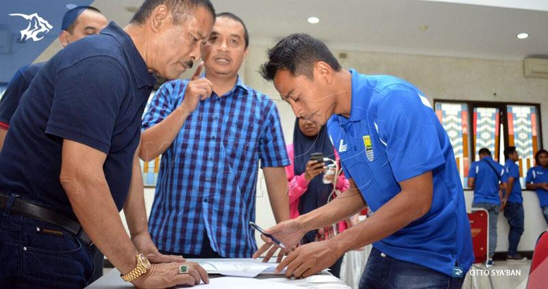 foto-persib-simamaung-tanda-tangan-kontrak_276