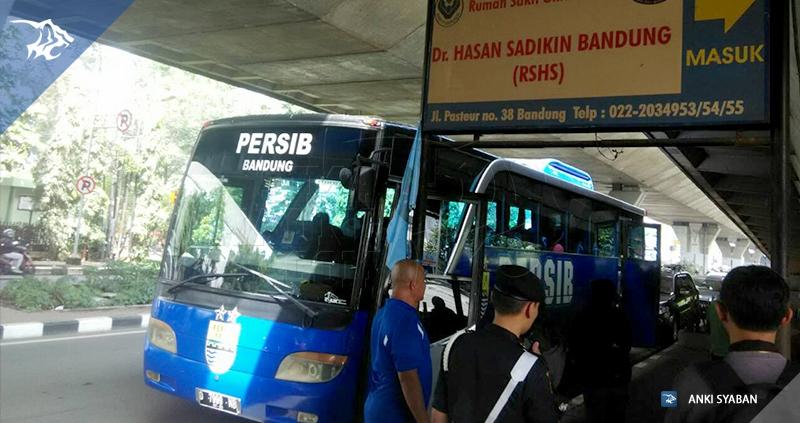 Bus-rombongan-pemain-ke-RSHS-kunjungan-pemain-persib-73036