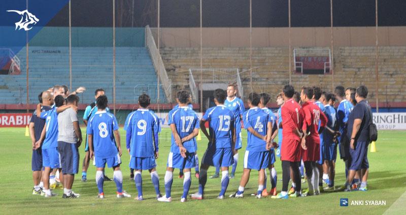 foto-uji-coba-lapangan-bhayangkara-surabaya-united-vs-persib-tsc-2016-stadion-gelora-delta_4742